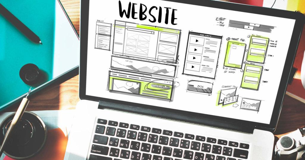 ノートパソコンの画面に表示されたウェブサイトの設計図
