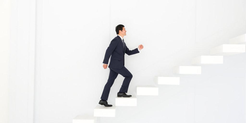 階段を登っているスーツ姿の男性